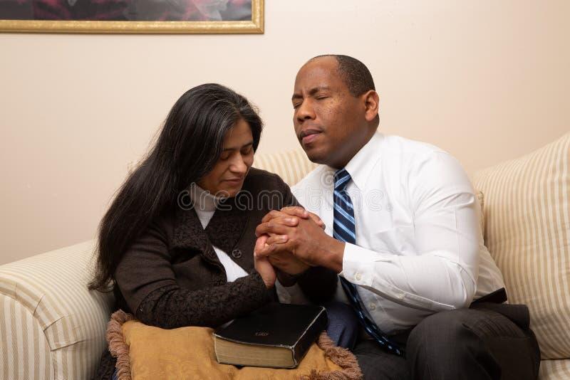 Blandade sprang Christian Couple Praying Together arkivbild