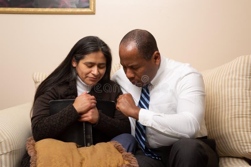 Blandade sprang Christian Couple Praying Together arkivfoto