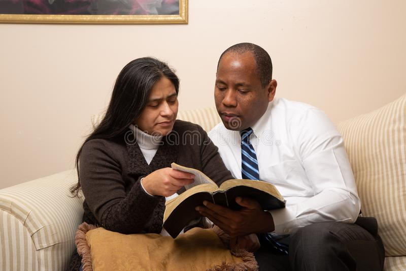 Blandade sprang Christian Couple Studying Bible Together arkivbild