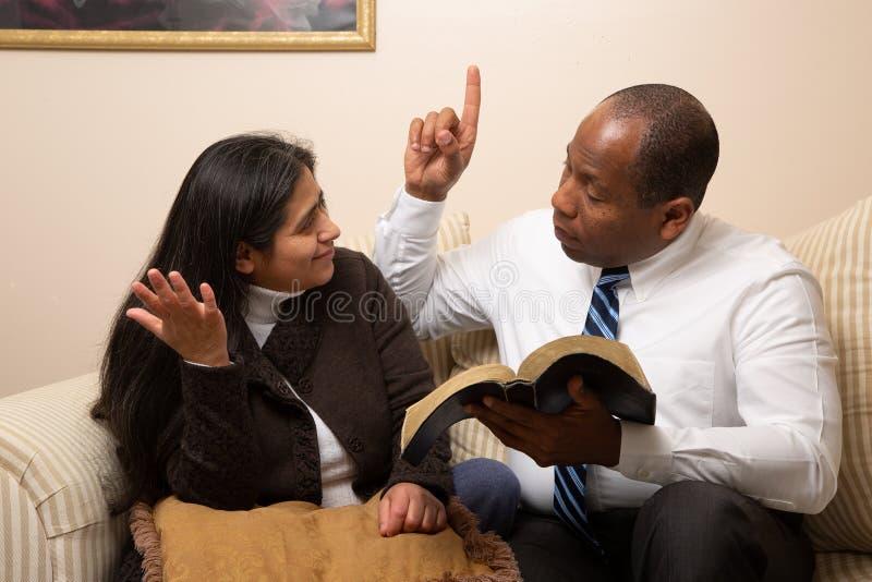 Blandade sprang Christian Couple Studying Bible Together royaltyfri bild