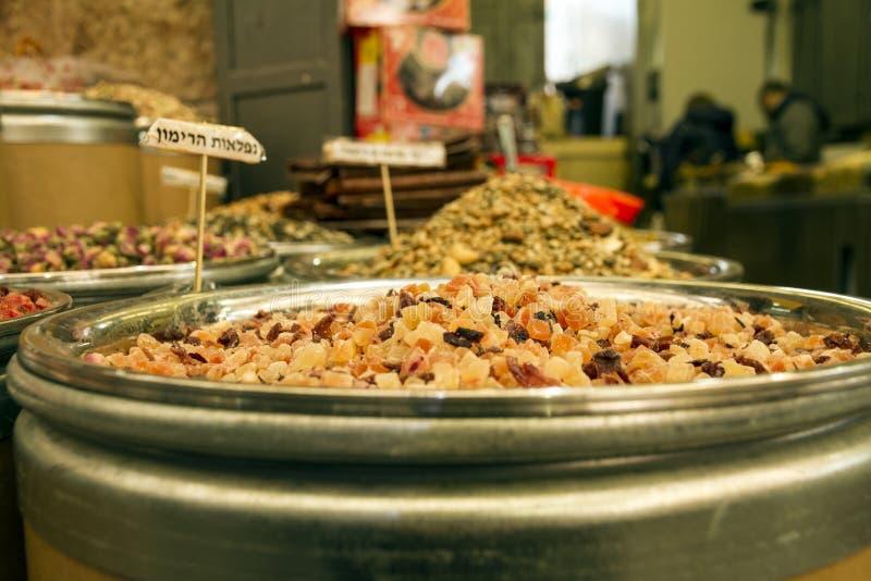 Blandade torkade frukter och teextrakter som är till salu i marknaden i Jerusalem arkivfoto