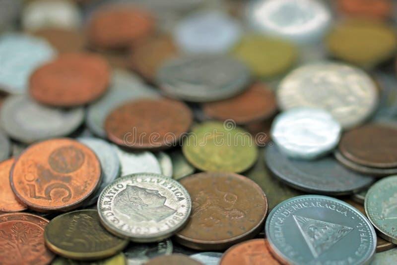 Blandade världsvalutamynt, schweizisk franc i fokus fotografering för bildbyråer