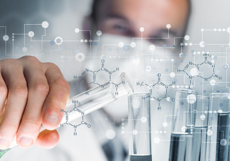 Blandande agens för ung forskare i den glass flaskan i kliniskt laboratorium royaltyfri bild