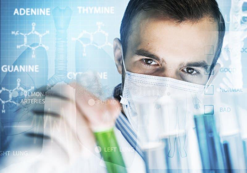 Blandande agens för ung forskare i den glass flaskan i kliniskt laboratorium royaltyfria bilder