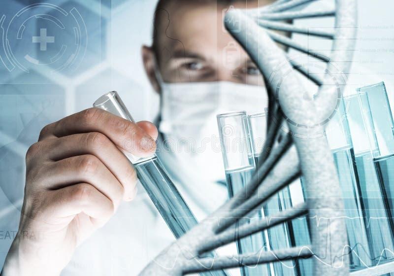 Blandande agens för ung forskare i den glass flaskan i kliniskt laboratorium royaltyfri foto
