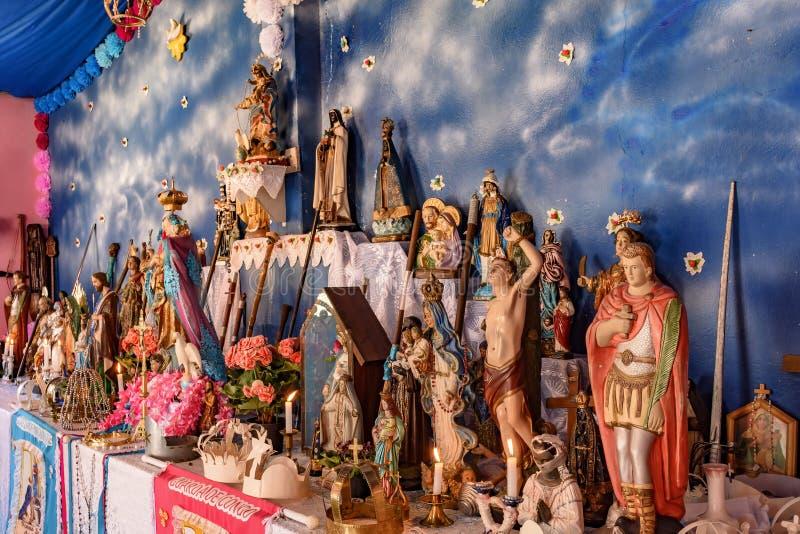 Blandande beståndsdelar för brasilianskt religiöst altare av umbandaen, candomble och katolicism royaltyfri fotografi