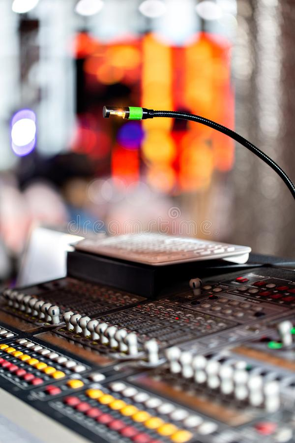 Blandande konsol av den ljusa utrustningoperatören på konserten Skrivbord för studio för solid inspelning blandande med teknikern arkivfoto