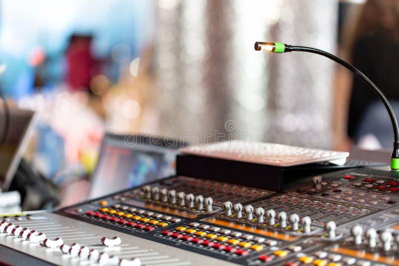 Blandande konsol av den ljusa utrustningoperatören på konserten Skrivbord för studio för solid inspelning blandande med teknikern royaltyfri fotografi