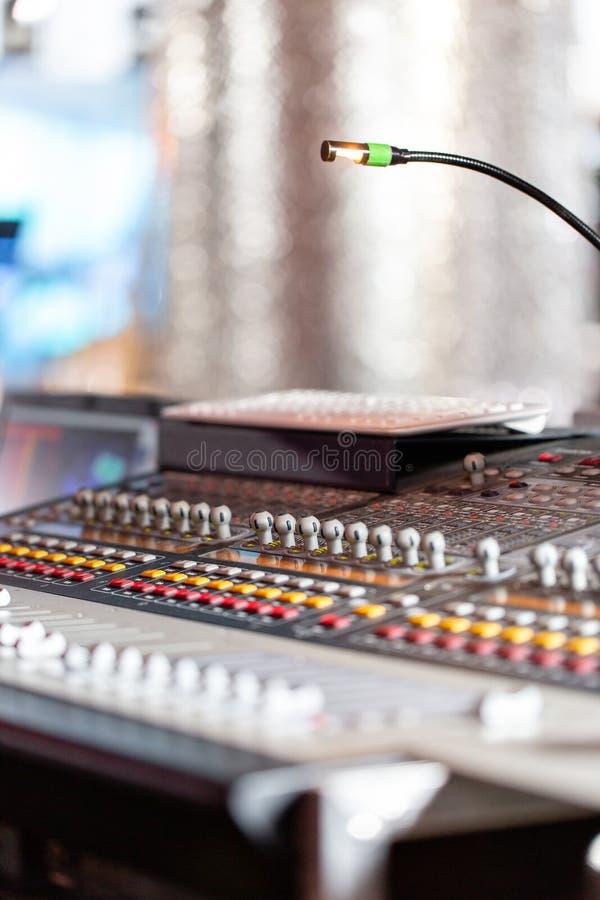 Blandande konsol av den ljusa utrustningoperatören på konserten Skrivbord för studio för solid inspelning blandande med teknikern arkivbild