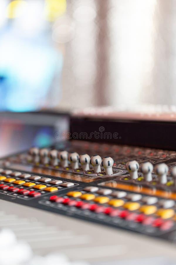 Blandande konsol av den ljusa utrustningoperatören på konserten Skrivbord för studio för solid inspelning blandande med teknikern royaltyfri bild