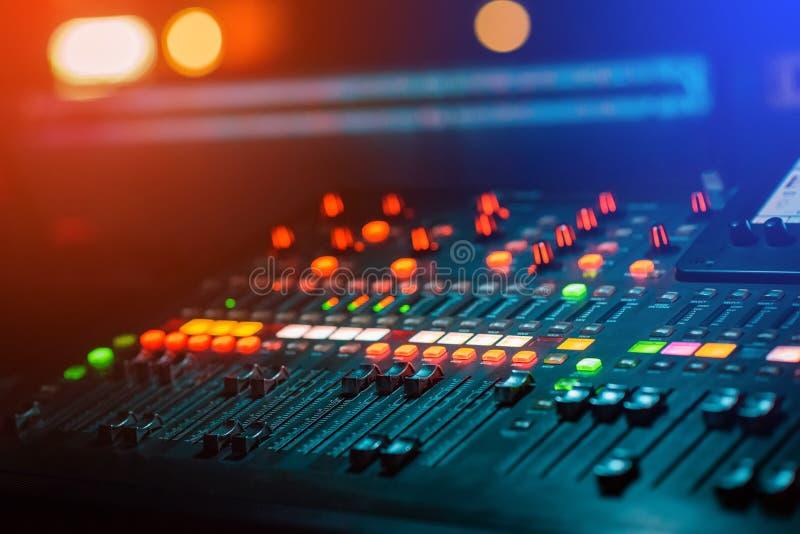 Blandande konsol för discjockeymusikblandare i nattklubben som kontrollerar ljudet med bokeh royaltyfria bilder
