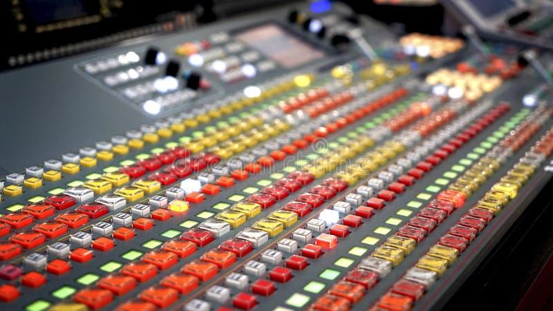 Blandande konsol för yrkesmässig ljudsignal med faders och justeraknoppar, vit selektiv fokus för TVutrustningsvart royaltyfria bilder