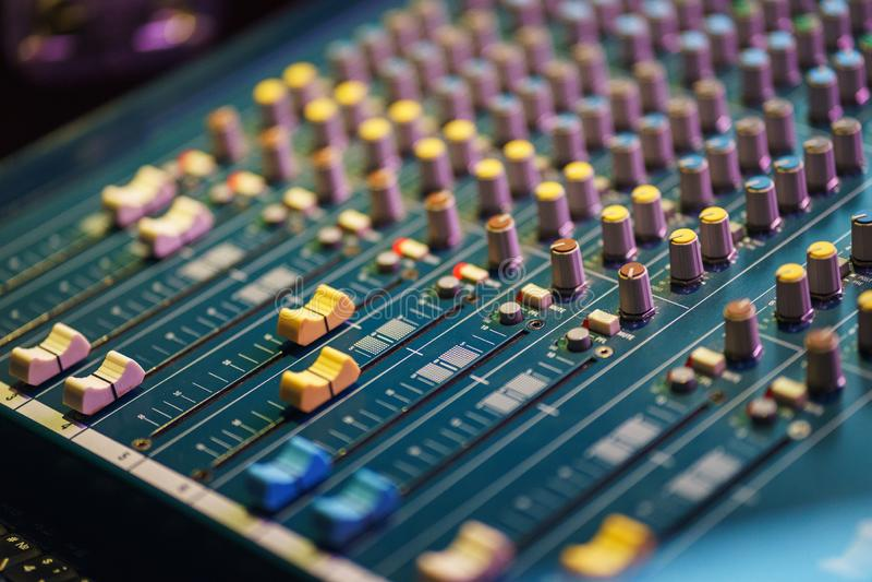 Blandande konsol f?r modernt ljud f?r den solida teknikern, medan arbeta p? h?ndelsen royaltyfria foton
