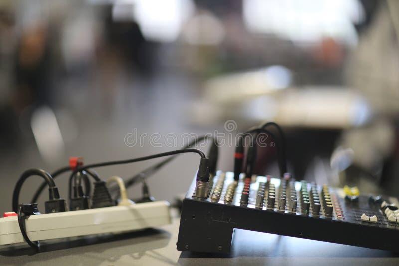 Blandande konsol och elektrisk kabel med håligheter royaltyfri foto