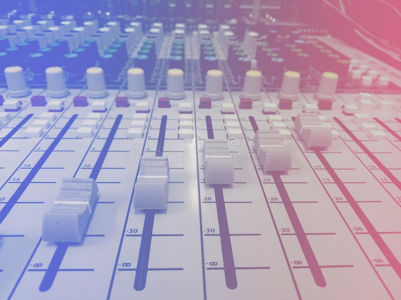 Blandande skrivbord för discjockeykonsol arkivfoto