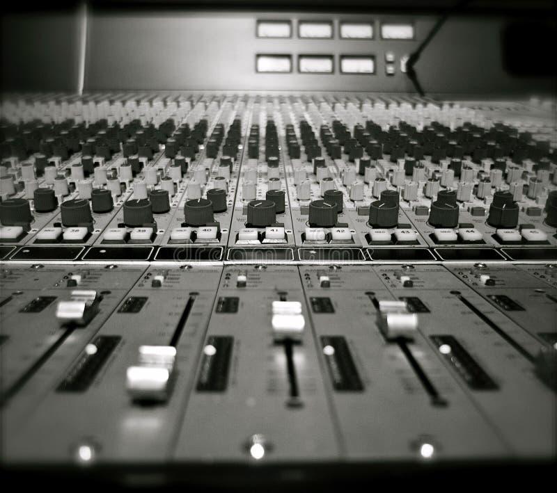 Blandande skrivbord för inspelningstudio fotografering för bildbyråer