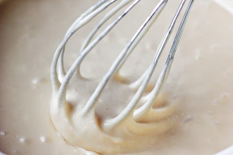 Blandande smet eller deg för banan bakar ihop eller muffin eller pannkakan Slut upp, mjuk fokus royaltyfri bild