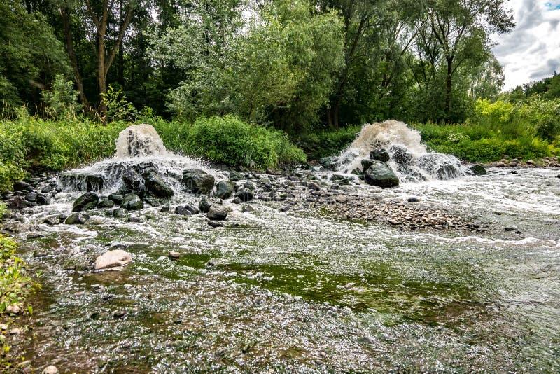 Blandande zon av avloppsledning av stads- kloak Flodf?rorening Stadsf?rr?dsplatser exponering long arkivfoto