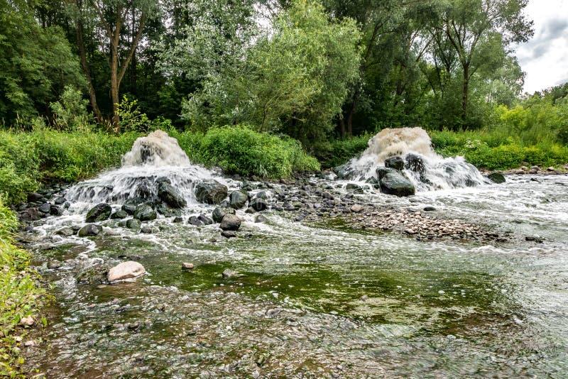 Blandande zon av avloppsledning av stads- kloak Flodf?rorening Stadsf?rr?dsplatser konstgjord geyser exponering long arkivbild