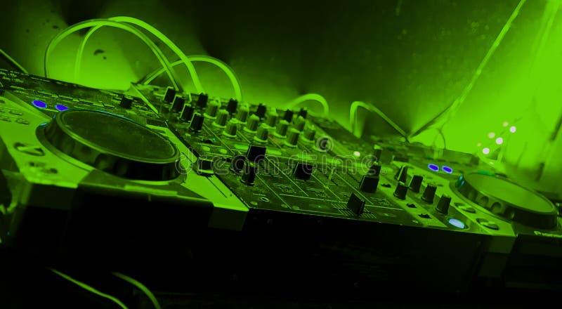 Blandare med gröna signaler i nattparti royaltyfria foton
