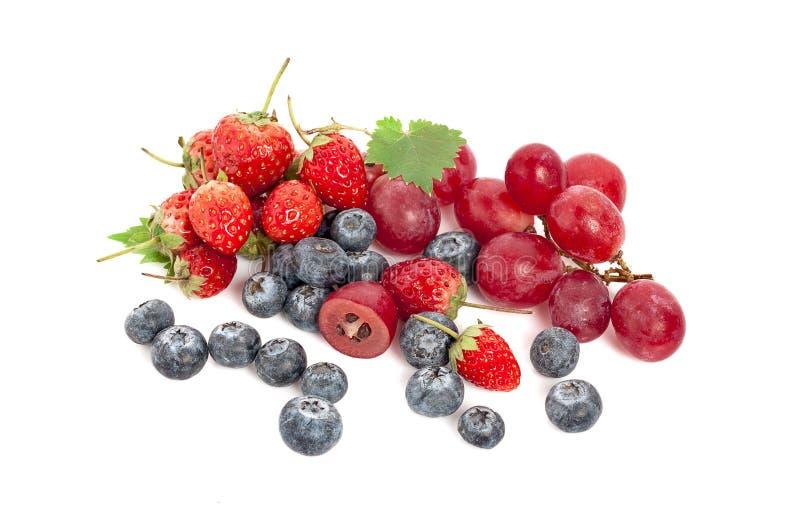 Blandat bärslut upp: jordgubbe, blåbär, hallon och björnbär som isoleras på vit bakgrund royaltyfri fotografi