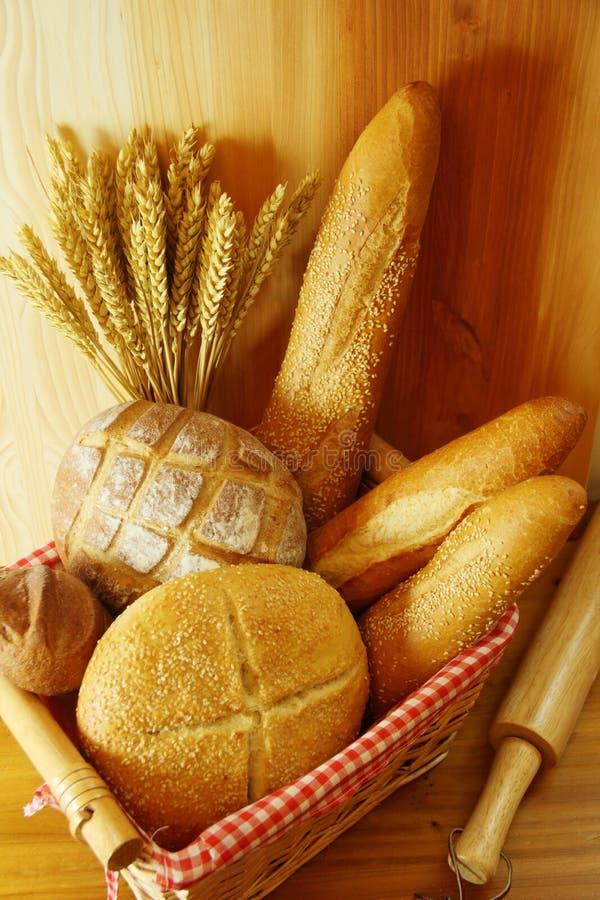 Blandat bröd på korg royaltyfri fotografi