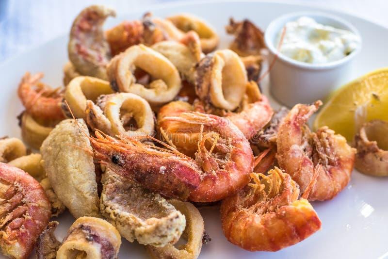 Blandat friterat fisk-, räka- och tioarmad bläckfiskuppläggningsfat royaltyfria bilder
