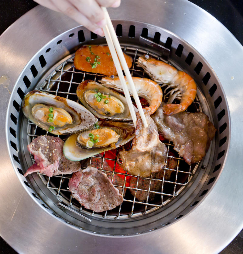 Blandat grillat kött och skaldjur och pinnar på BBQEN grillar nolla royaltyfri fotografi