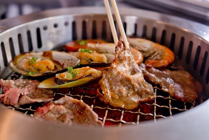Blandat grillat kött och skaldjur och pinnar på BBQEN grillar nolla arkivfoton
