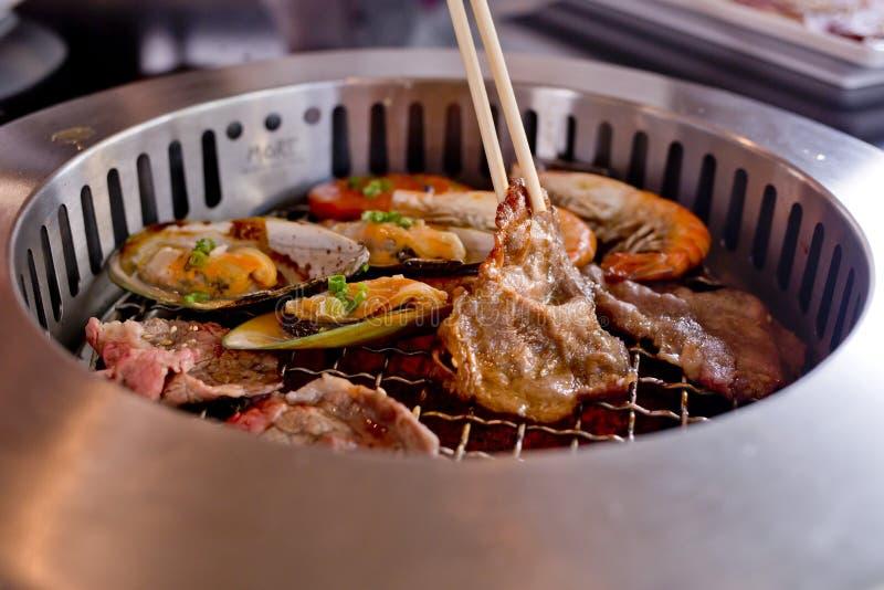 Blandat grillat kött och skaldjur och pinnar på BBQEN grillar nolla arkivfoto