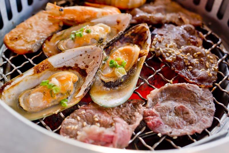 Blandat grillat kött och skaldjur på BBQEN grillar på stek arkivbilder