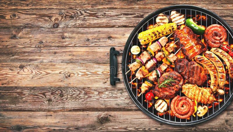 Blandat läckert grillat kött och bratwurst med grönsaker på arkivfoto