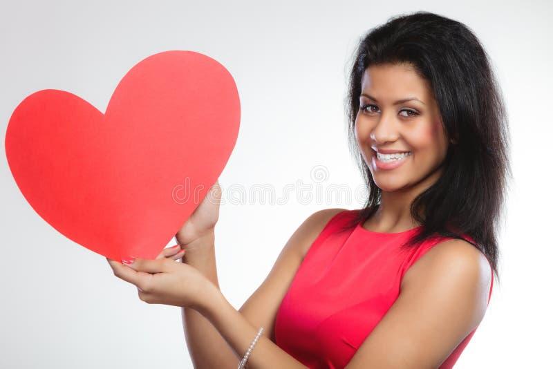 Blandat lopp för flicka med pappers- röd hjärta arkivbilder