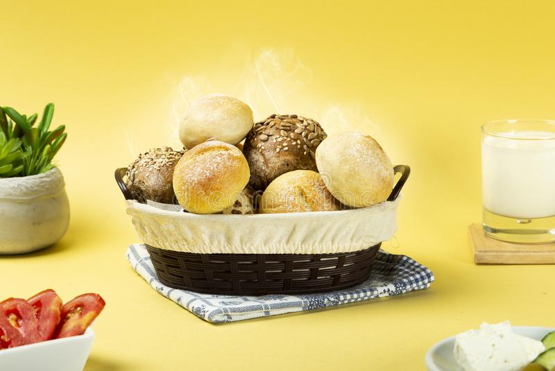 Blandat varmt bröd, som ska göra dig hungrig fotografering för bildbyråer