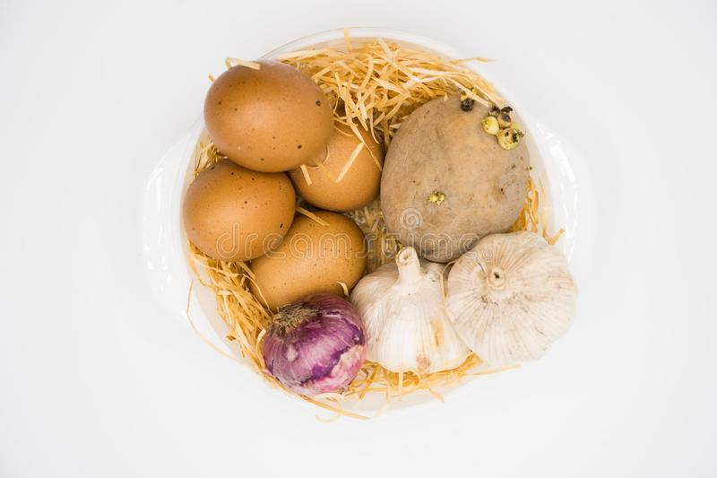 Blandning av äggpotatislöken och vitlök på redet med vit bakgrund arkivbild
