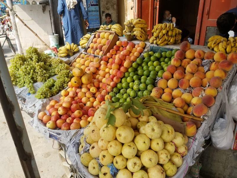 Blandning av fruktkarta, äppelbanandruvor, guava citroncart peshawar pakistan royaltyfri fotografi