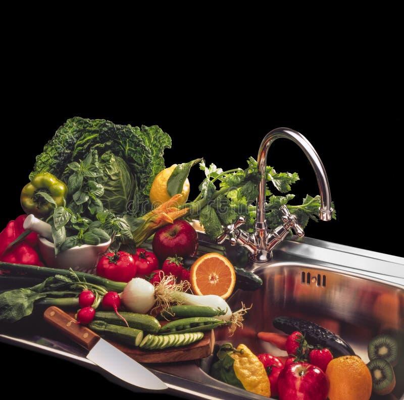 Blandning av grönsaker och frukt på svart bakgrund arkivbild