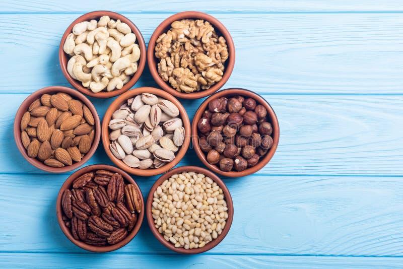 Blandning av muttrar: Pistascher mandlar, valnötter, sörjer muttern, hazelnu royaltyfri bild