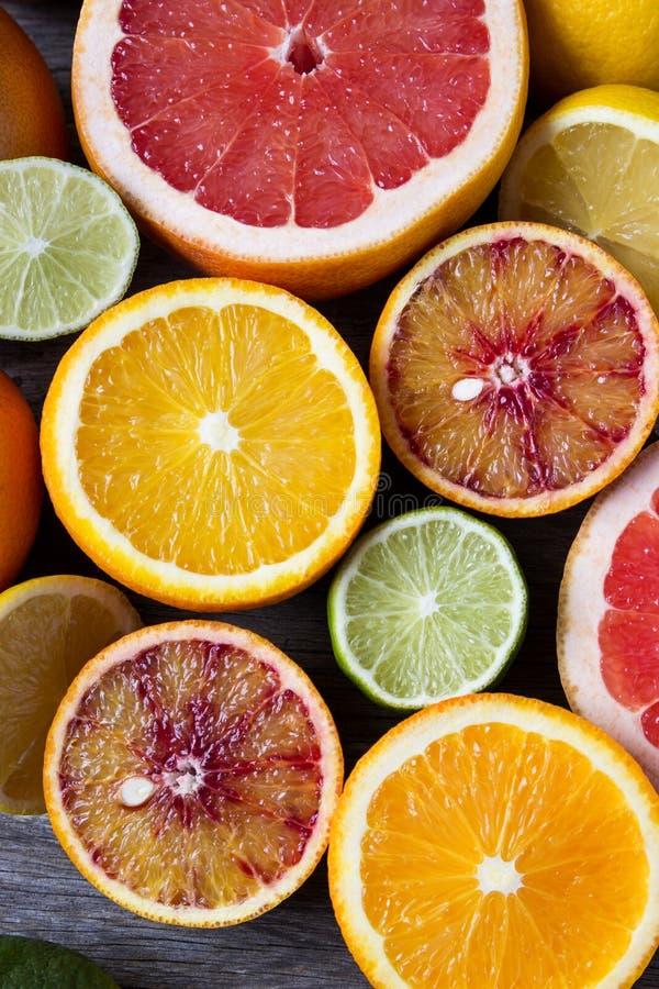 Blandning av olika citrusfrukter - sammansättning av tropiska och medelhavs- frukter - apelsin, citron, grapefrukt, limefrukt arkivfoto