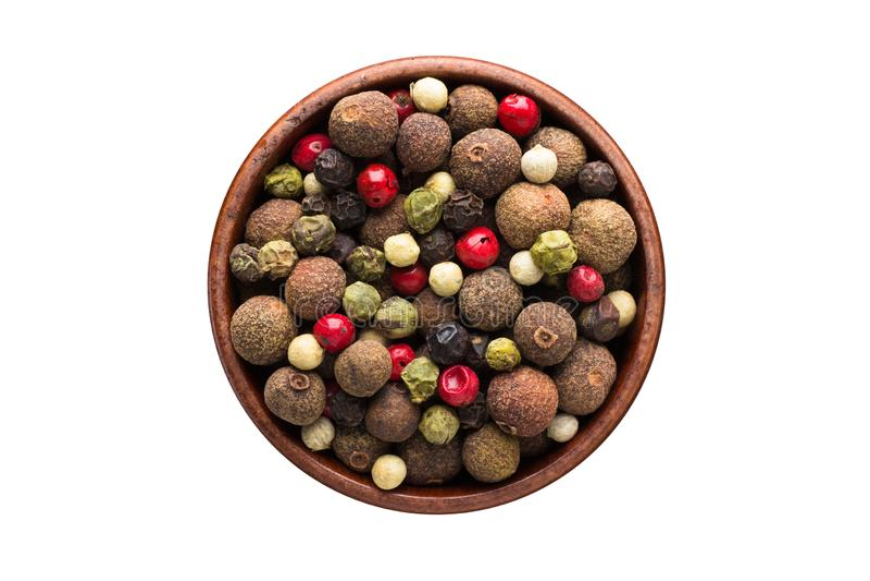 Blandning av röd, svart, vit och paprikakryddan för varma den peppar, i träbunken som isoleras på vit bakgrund Krydda b?sta sikt arkivbilder