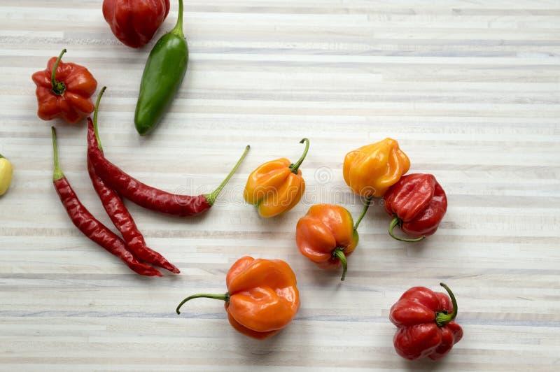 Blandning av spridning för varma peppar på köksbordet arkivbilder