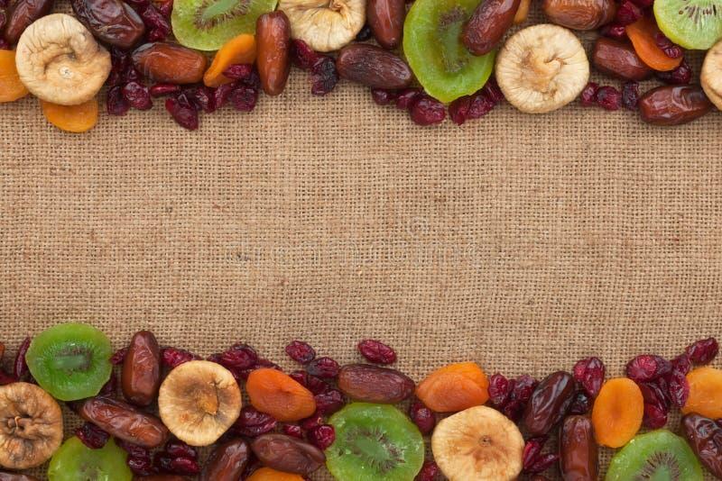 Blandning av torkade frukter som ligger på säckväv royaltyfria foton