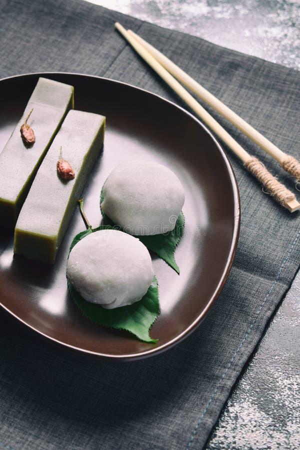 Blandning av traditionella japanska sötsaker - anko för deg för daifukumochi som söt omkring slås in med det mjuka rismochiskalet royaltyfri fotografi