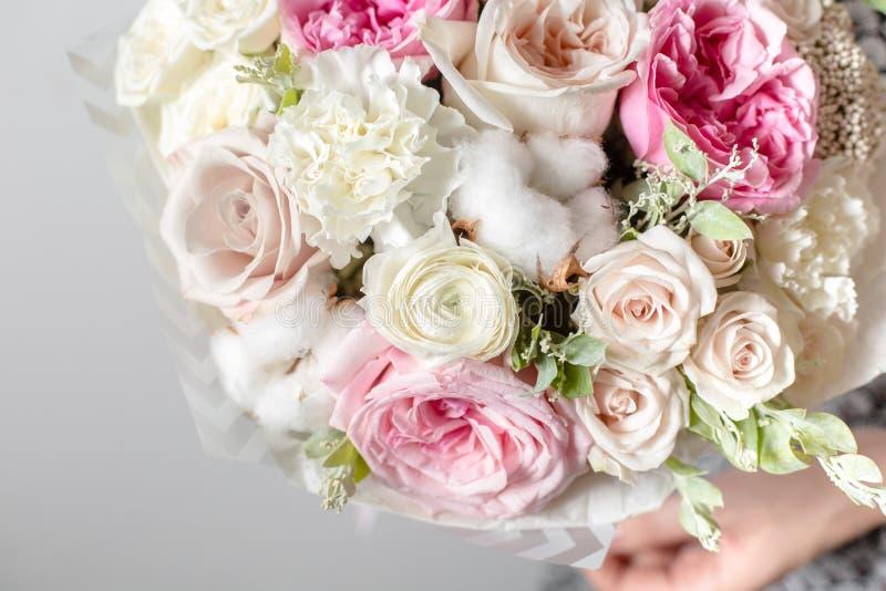 Blandningblommor Lyxiga buketter i händerna för flicka` s royaltyfri bild