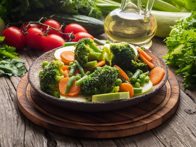 Blandningen av kokta grönsaker, ångagrönsaker för diet-låg-kalori bantar Broccoli morötter, blomkål, sidosikt arkivfoto