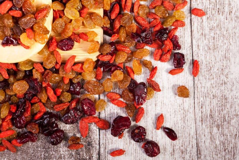 Blandningen av sötsaken torkade mat på träbakgrund royaltyfria foton