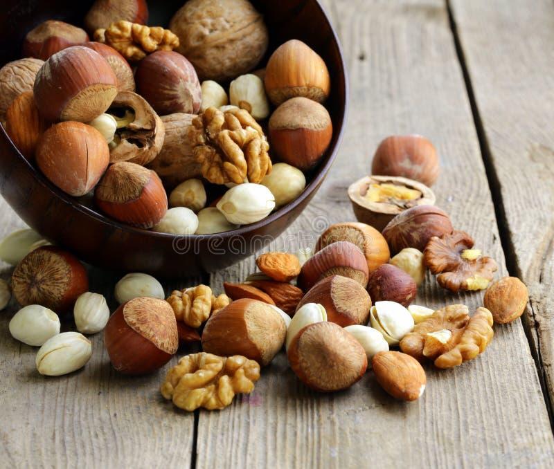 Blandningmuttrar (mandlar, hasselnötter, valnötter) royaltyfria bilder
