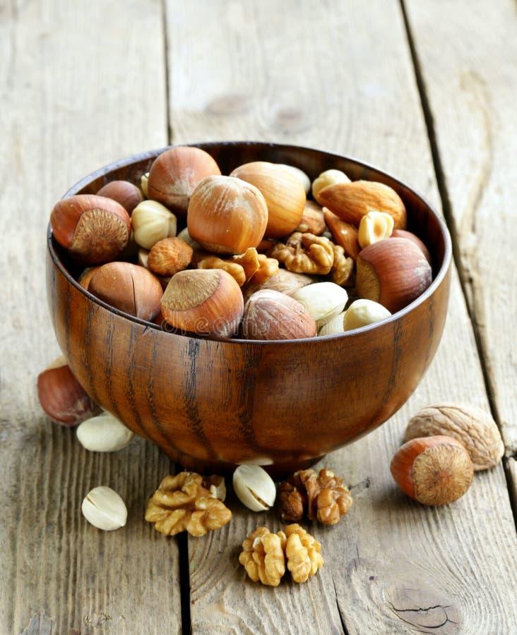 Blandningmuttrar (mandlar, hasselnötter, valnötter) royaltyfri fotografi