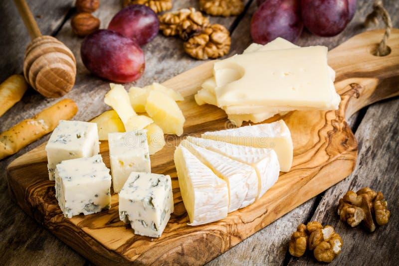 Blandningost: Emmentaler camembert, parmesan, ädelost, ädelost, med valnötter och druvan royaltyfri bild