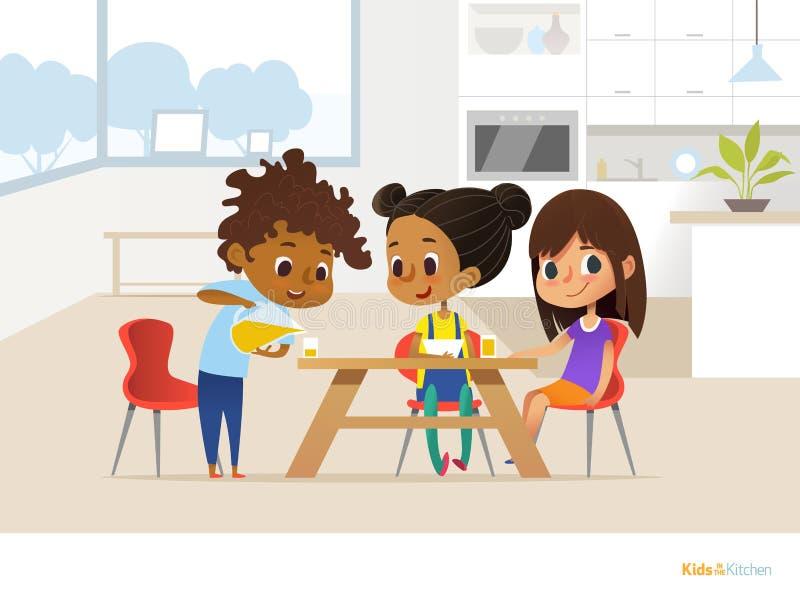 Blandras- barn som på egen hand förbereder lunch och att äta Två flickor som sitter på tabellen och pojken som häller orange fruk vektor illustrationer